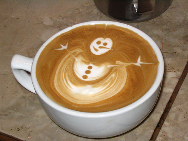 Snowman Hug Coffee Art Design // Creative 3D Coffee Latte Art Pictures, Images & Designs