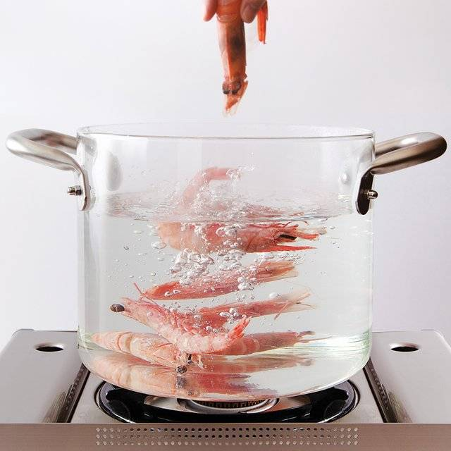 Minimalist Transparent Glass Pot For Showmanship Cooking // 10 Minimalist Home Decor Ideas That Will Turn Your Home Into A Paradise