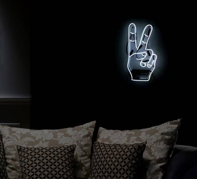 Victory Fingers Peace Cool Neon Sign // 10 Cool NEON Art Lights That Will Transform Your Wall Into A Sign Of Awesomeness